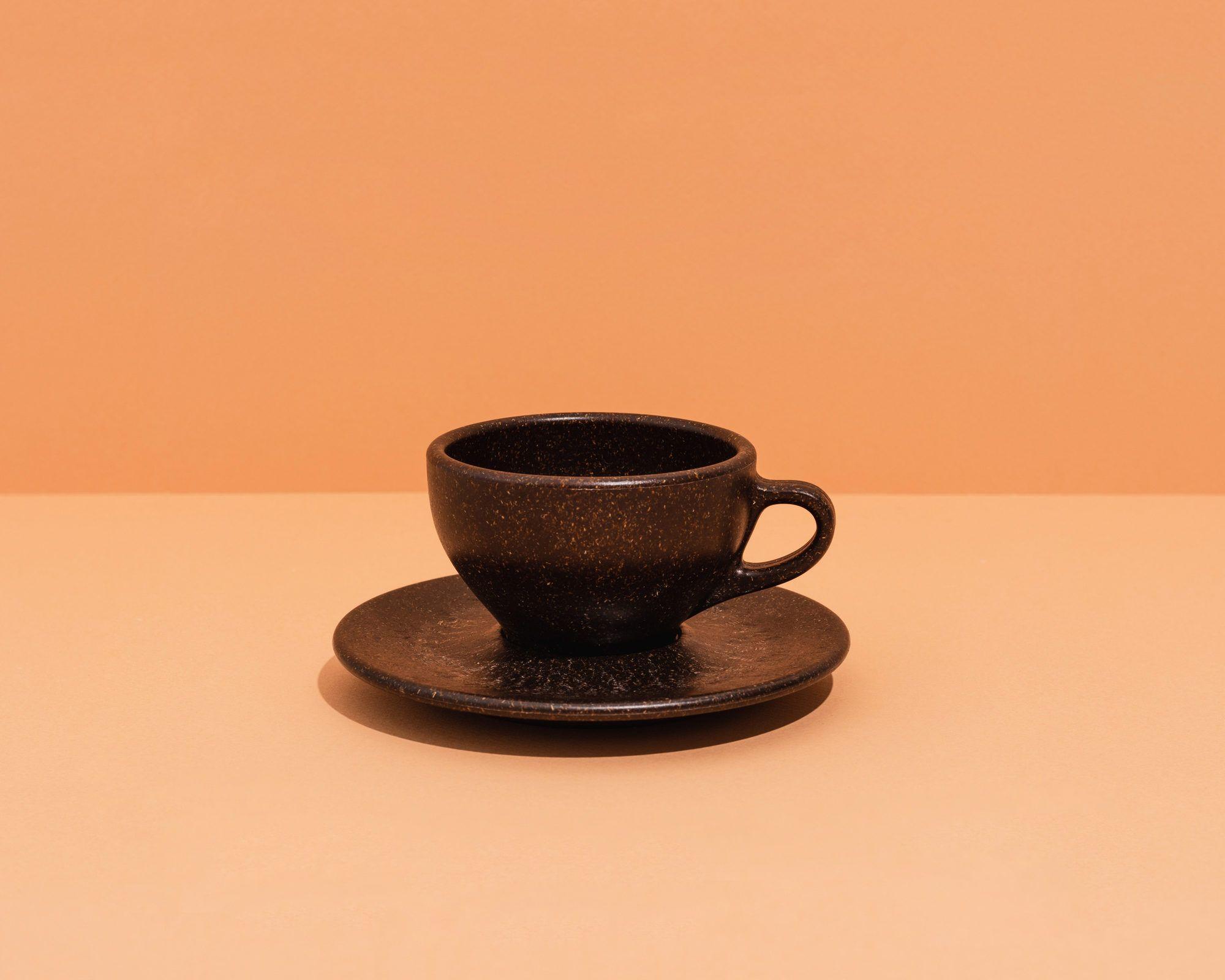 Kaffeeform Cappuccino Cup mit Untertasse mit orangenem Hintergrund