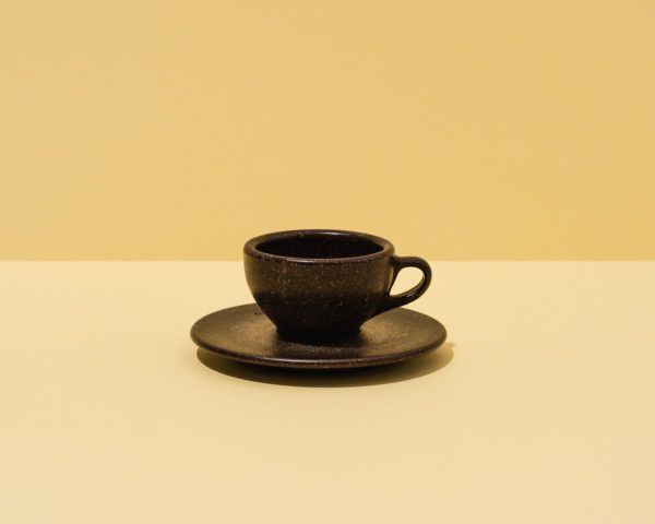 Kaffeeform Espresso Cup mit Untertasse mit gelbem Hintergrund