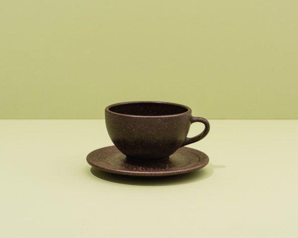 Kaffeeform Latte Cup mit Untertasse mit grünem Hintergrund