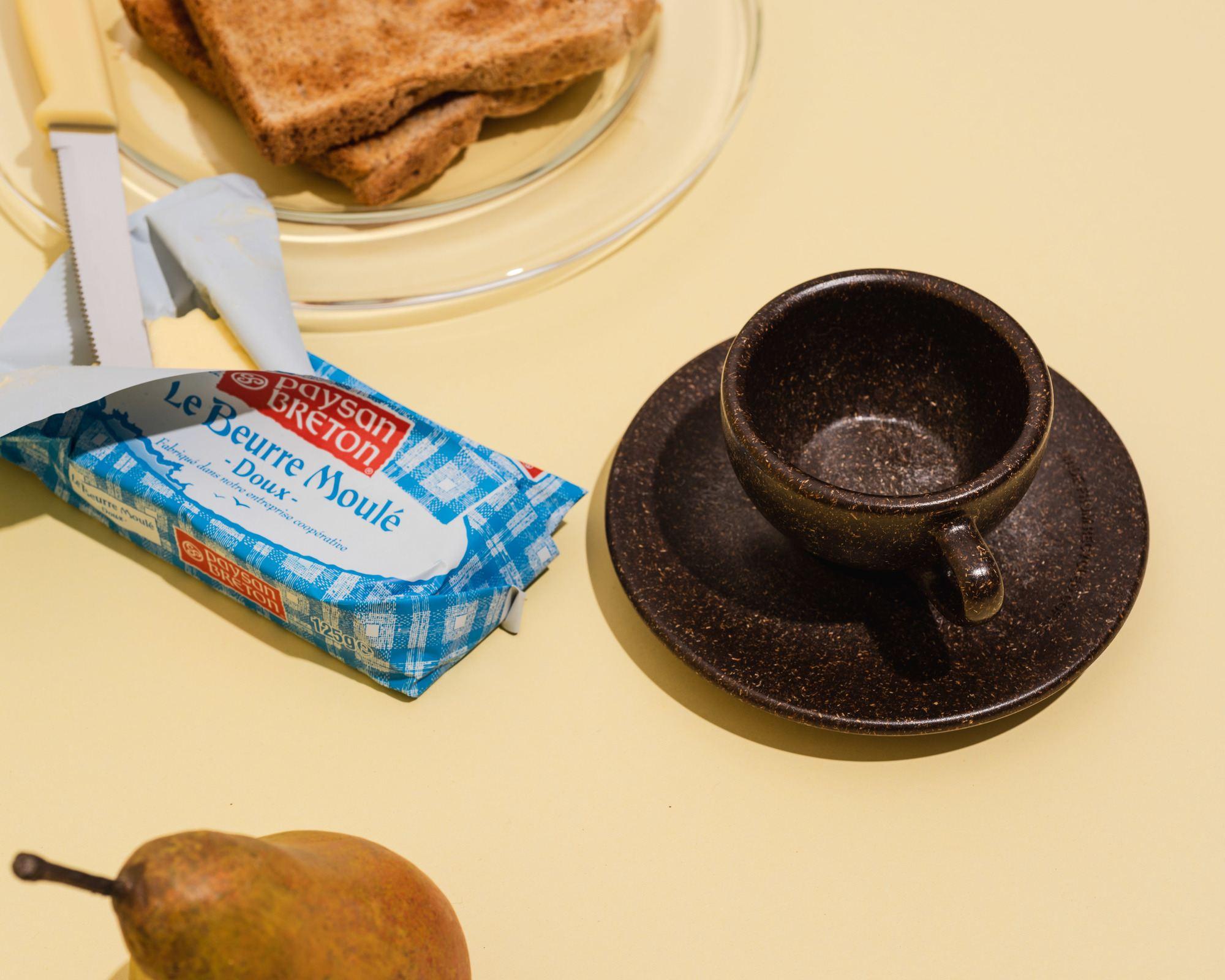 Kaffeeform Espresso Cup aus Kaffeesatz zum Frühstück mit Butter, Toast und Obst