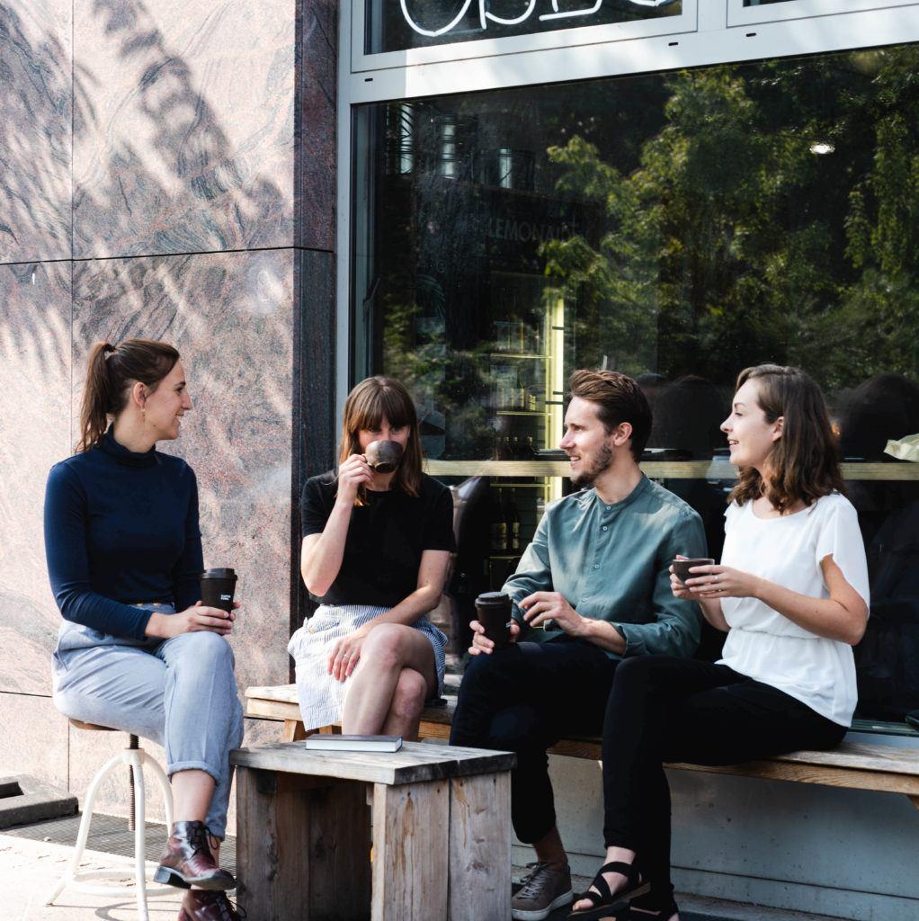 Kaffeeform Mitarbeiter trinken zusammen Kaffee