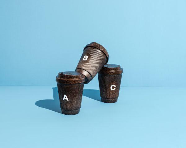 Drei Kaffeeform Alphabet Weducer mit den Buchstaben A, B und C vor einem blauen Hintergrund