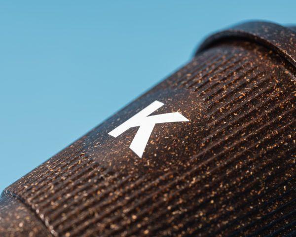 Detailansicht Kaffeeform Weducer Cup mit dem Buchstaben K aufgedruckt