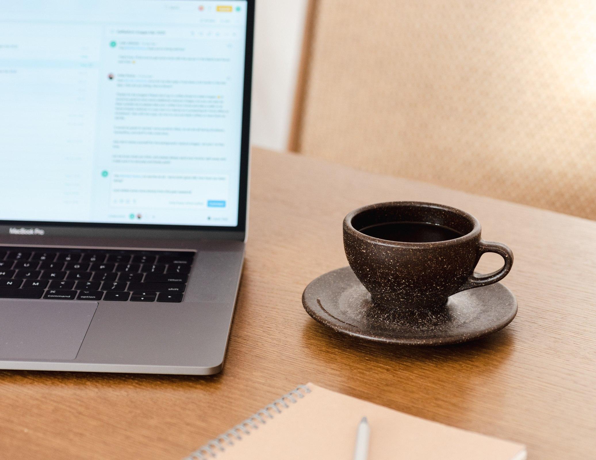 Kaffeeform Cup auf einem Schreibtisch mit einem Laptop