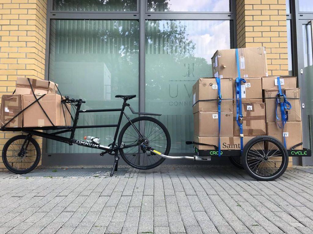 Fahrradkurier mit Paketen