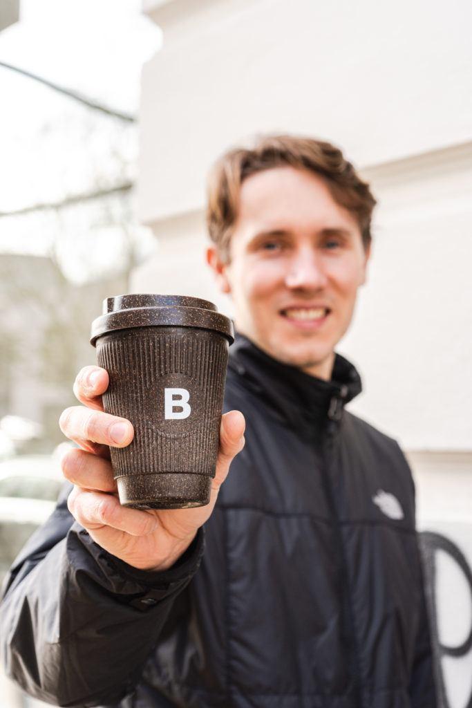 Julian Lechner hält den Kaffeeform Alphabet Weducer mit dem Buchstaben B aufgedruckt