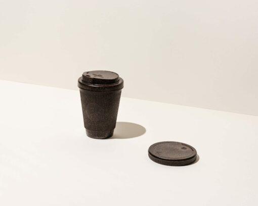 Kaffeeform Weducer Cup mit Deckel neben dem Weducer Cap