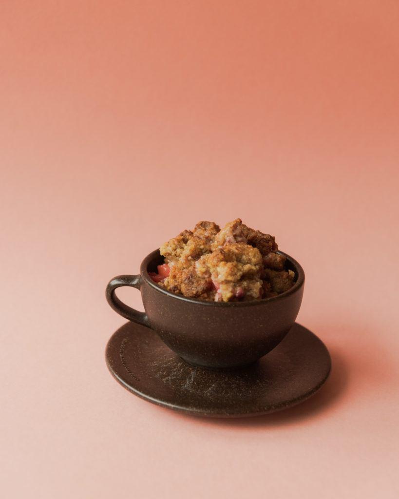 Kaffeeform Cup gefüllt mit Crumble